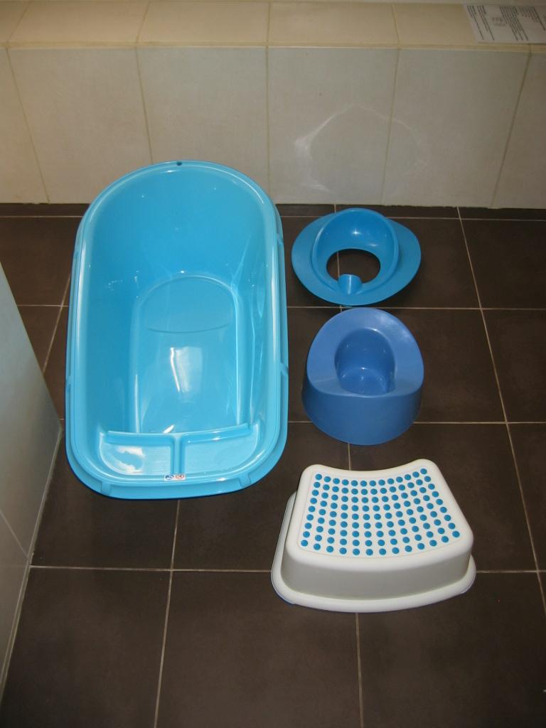 Baignoire, pot, réducteur de toilette, marche-pied