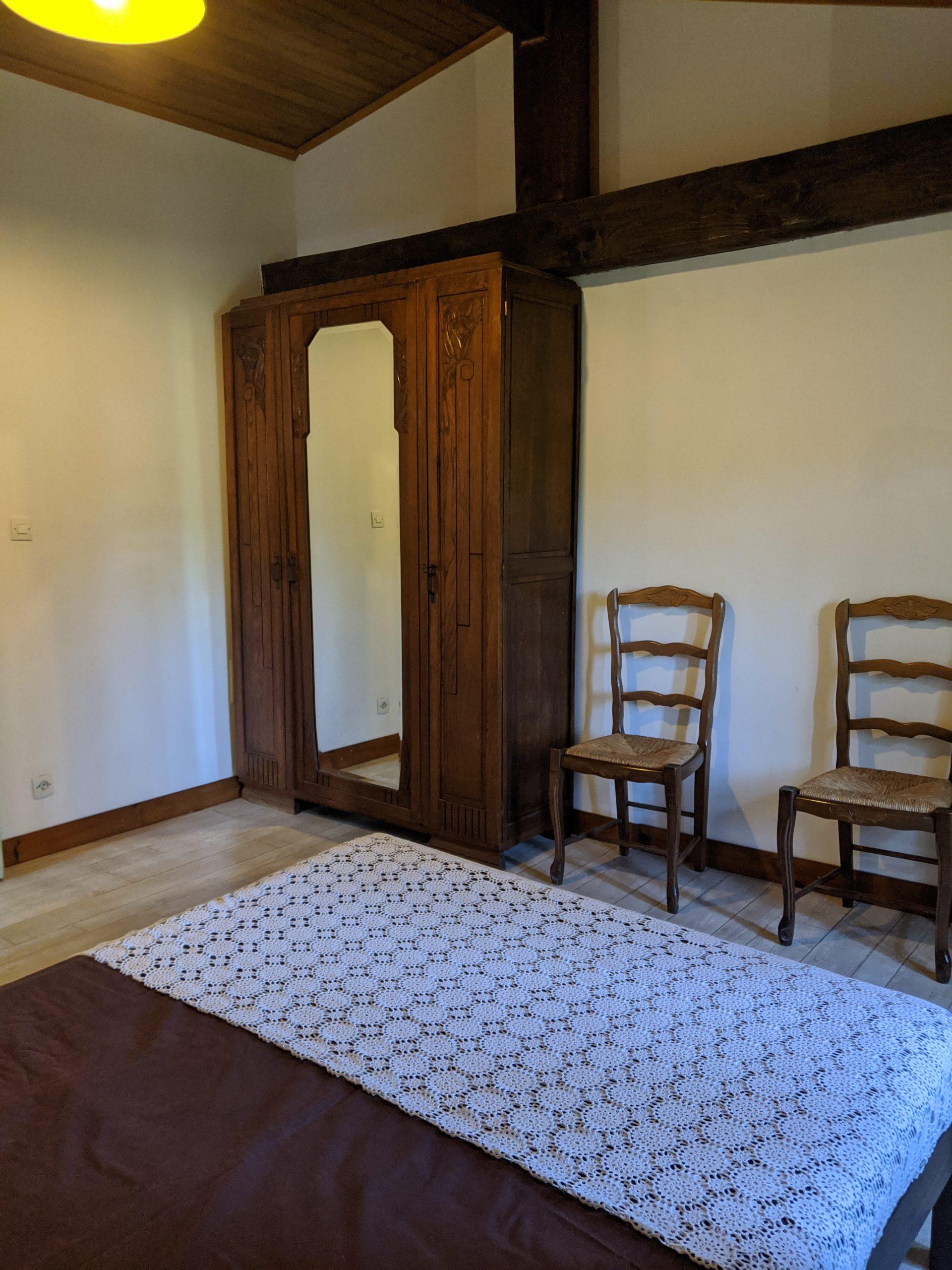 Chambre verte armoire
